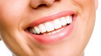 Denti bianchi: rimedi naturali